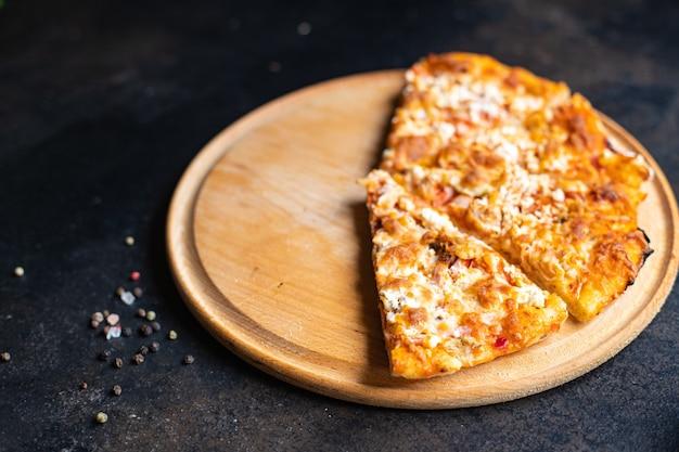 피자 조각 뜨거운 간식 패스트 푸드 테이크 아웃 가정 요리 식탁에서 건강에 해로운 음식 식사 간식