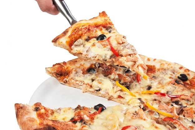 Ломтик пиццы на белом фоне