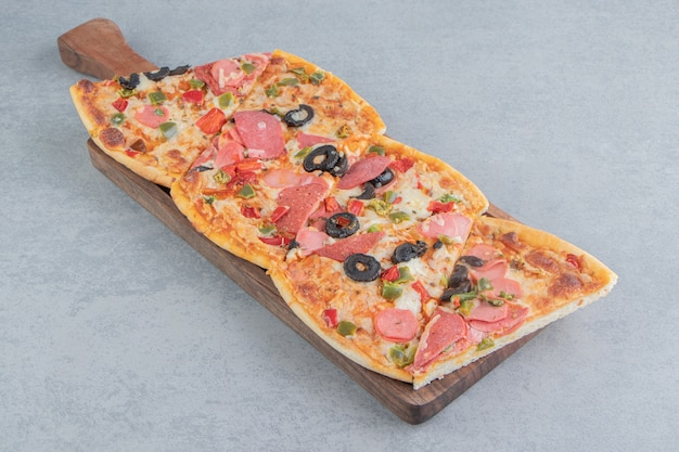 대리석에 작은 쟁반에 묶인 피자 조각