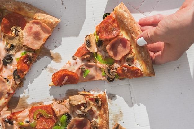 상자에 피자 조각