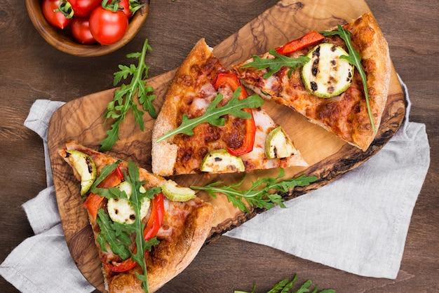 木の板の上面にピザのスライス
