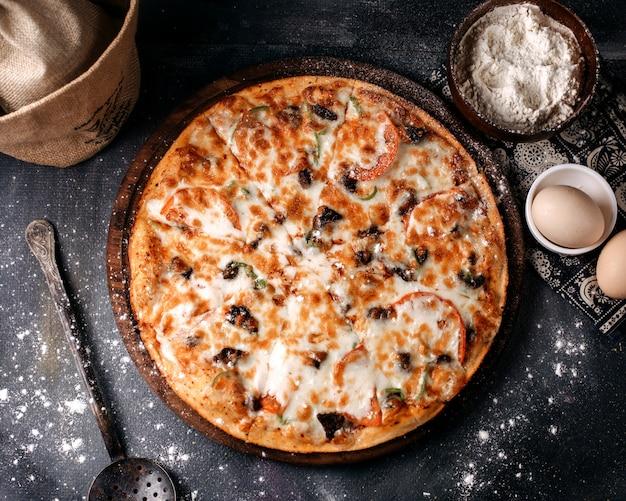 Пицца вкусный сыр, вид сверху на серую поверхность