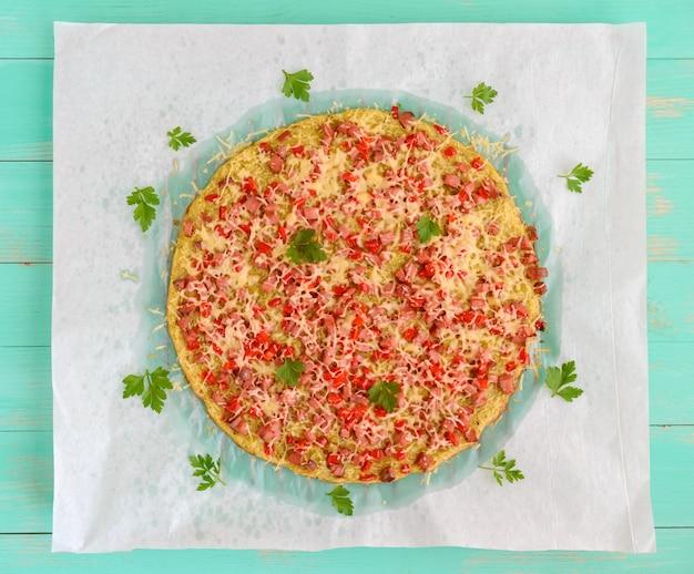 Пицца - основа из кабачков, ветчины и паприки. здоровая пища.