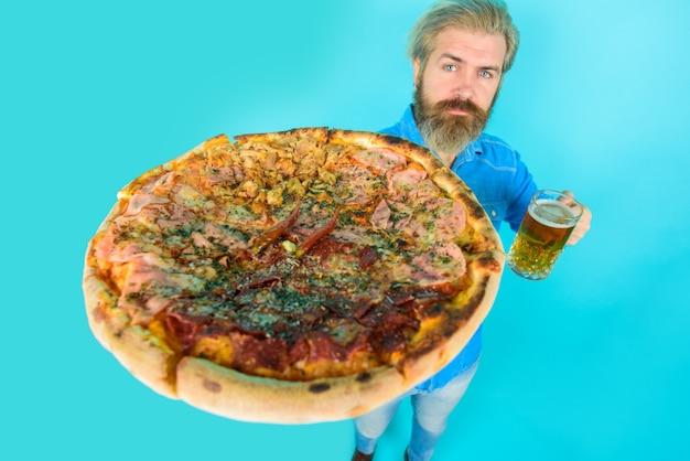 ピザの時間ファーストフードのひげを生やした男はピザの男が新鮮なピザを食べるおいしいファーストフードの食事イタリア語を保持します