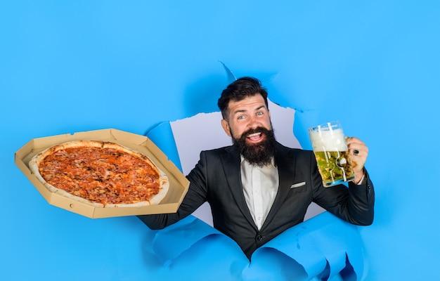 수염과 콧수염이 있는 피자 타임 패스트푸드 이탈리아 음식 만족한 남자는 맛있는 피자를 즐기고