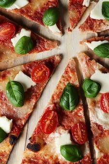 ピザタイム!おいしい自家製の伝統的なピザ、イタリアのレシピ