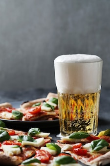 Tempo di pizza! gustosa pizza tradizionale fatta in casa, ricetta italiana