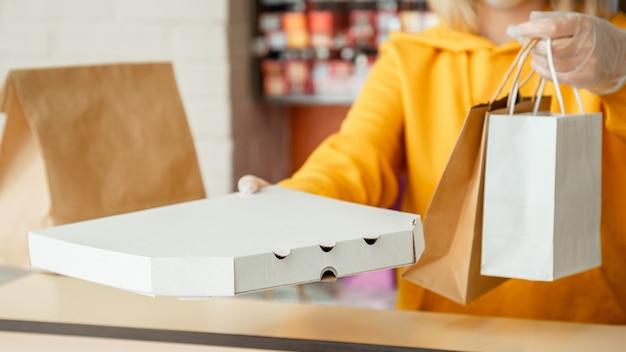 갈 피자, 테이크 아웃 피자 커피, 음식 배달. 장갑을 입은 여성은 테이크 아웃 주문으로 작동합니다. 도시 covid 19 폐쇄, 코로나 바이러스 종료 동안 테이크 아웃 식사를 제공하는 웨이터 긴 웹 배너.