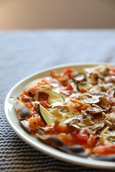 Пицца с беконом и грибами, итальянская еда