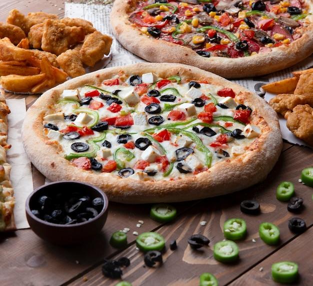 ブラックオリーブ、緑、赤ピーマンのピザ