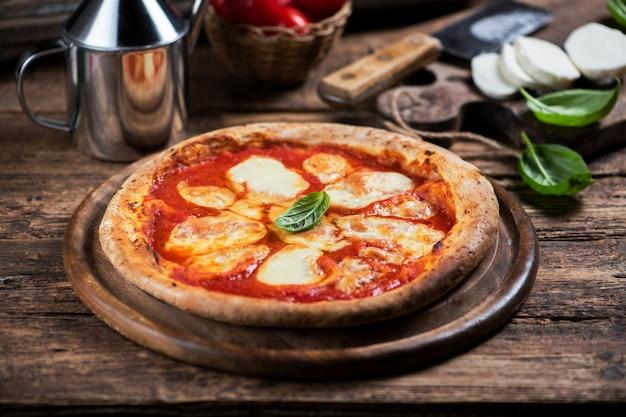 バッファローモッツァレラチーズのピザをクローズアップ