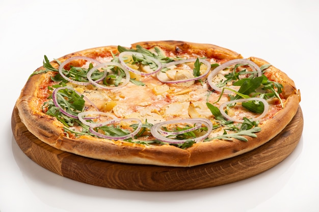 白い表面に分離されたチキンとオニオンリングのピザ。閉じる。