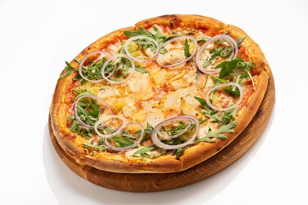 白い表面に分離されたチキンとオニオンリングのピザ。