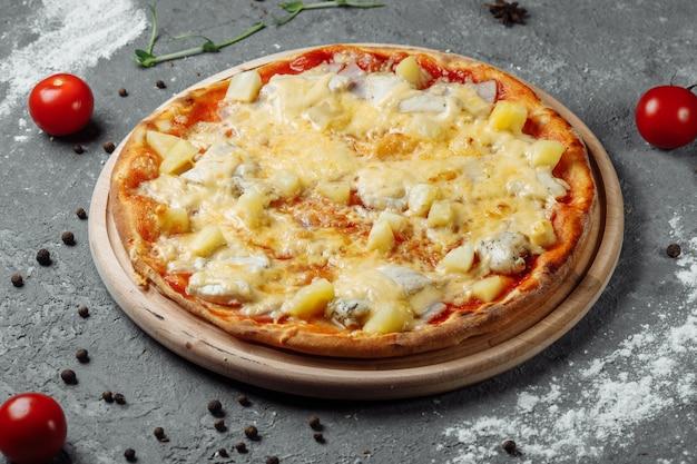 鶏の胸肉、パイナップル、モッツァレラチーズのピザ