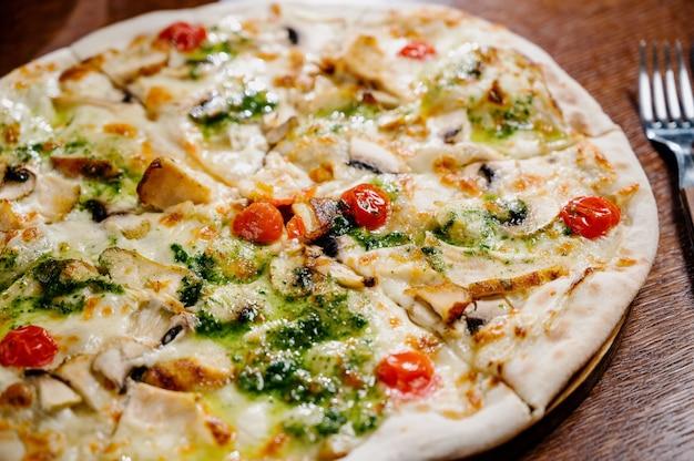 チキン、モッツァレラチーズ、オリーブ、バジルのトップビューとコピースペースのピザ