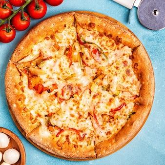 チキン、ペッパー、パイナップルのピザ