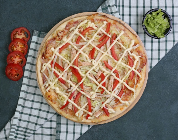 Pizza with chicken, red pepper and ranch sauce