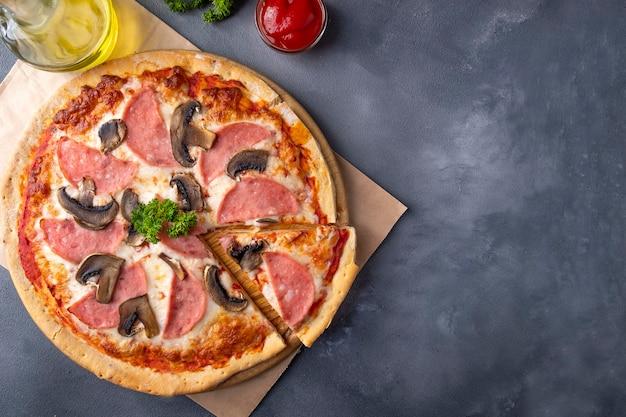 Пицца с ветчиной и грибами. вид сверху, пространство для текста