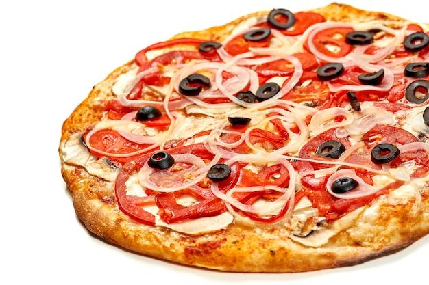 Пицца с ветчиной и помидорами, оливками, соусом и плавленым сыром, хрустящие стороны, изолированные на белом фоне