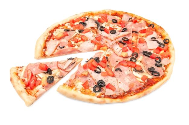 피자. 햄, 훈제 고기, 올리브, 토마토 조각, 버섯, 모짜렐라를 곁들입니다. 피자에서 조각이 잘립니다. 흰색 배경. 외딴. 확대.