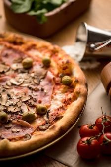 재료와 피자를 닫습니다.