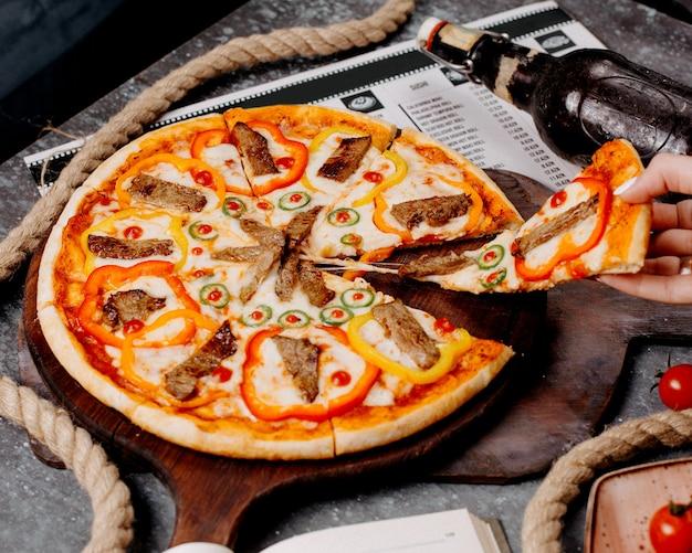 肉、ピーマン、唐辛子のピザ