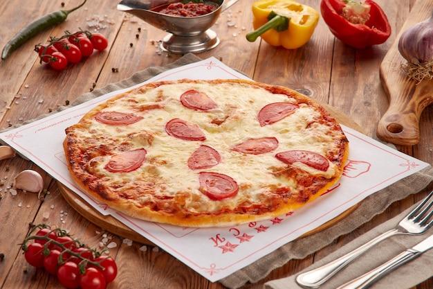 肉、野菜、キノコ、木製の背景とピザ