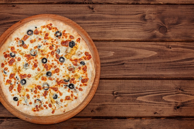 Пицца с сыром моцарелла, курицей, оливками, специями. итальянская пицца