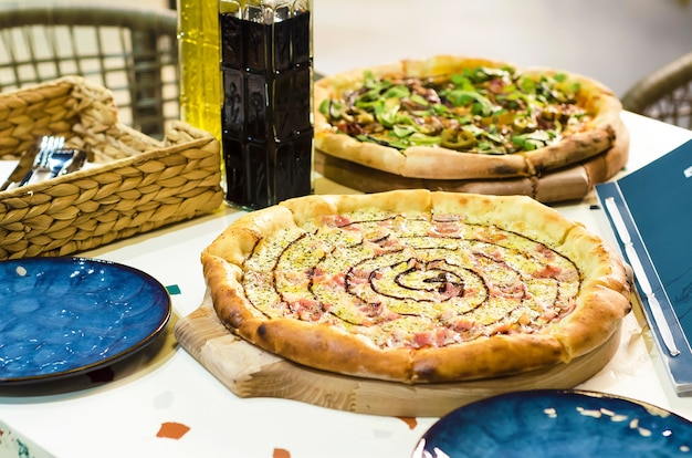 Пицца с сыром моцарелла, свежими помидорами, соусом песто, карбонарой с оливковым маслом и бальзамическим уксусом