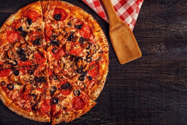 モッツァレラチーズ、ペパロニ、ミンチ肉、マッシュルームのピザ。