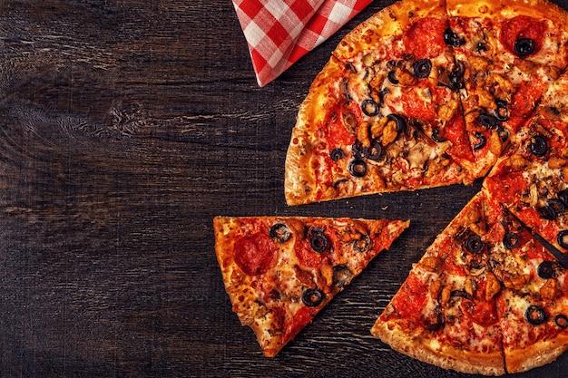 Пицца с сыром моцарелла, пепперони, мясным фаршем, грибами.
