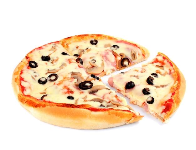 Пицца с грибами и оливками, изолированные на белом фоне