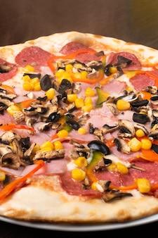 ペパロニとマッシュルーム、ハムとピーマンのピザ。閉じる