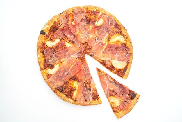 白い背景で隔離の生ハムまたはパルマハムピザとピザ