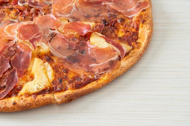 生ハムまたはパルマハムピザのピザ-イタリアンフードスタイル