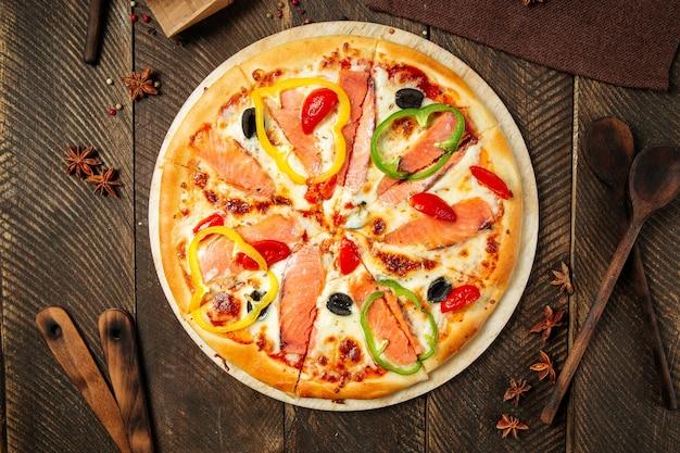 サーモンとピーマンのピザ