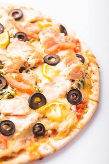 Пицца с лососем, помидорами и оливками. изолированные на белом