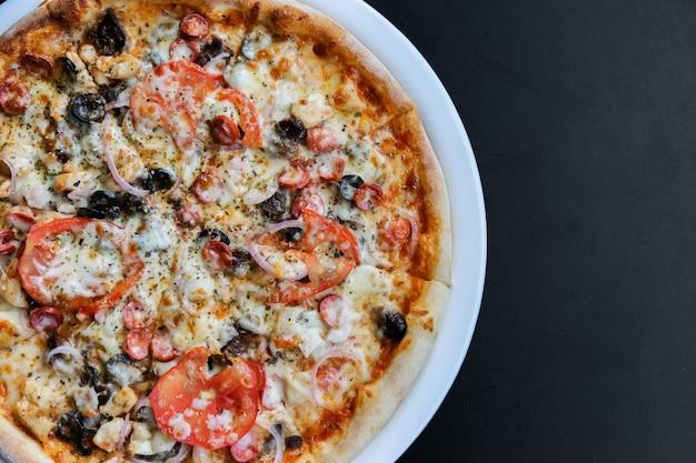 Пицца с сосисками, помидорами, сыром, оливками и перцем