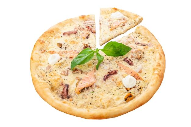 해산물이 들어간 피자. 크림 소스, 타이거 새우, 홍합, 연어, 문어, 모짜렐라 치즈, 오레가노. 흰색 배경. 외딴. 확대.