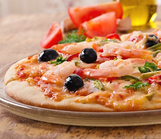 エビのピザ、サーモンドオリーブ