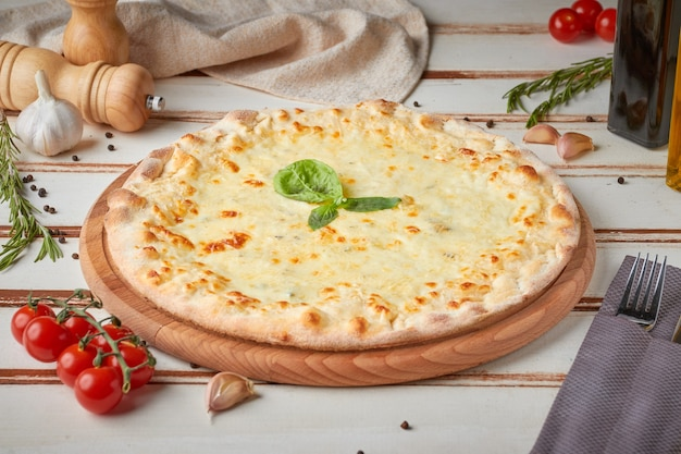 スライス、ソース、ハーブ、木製の白のピザ