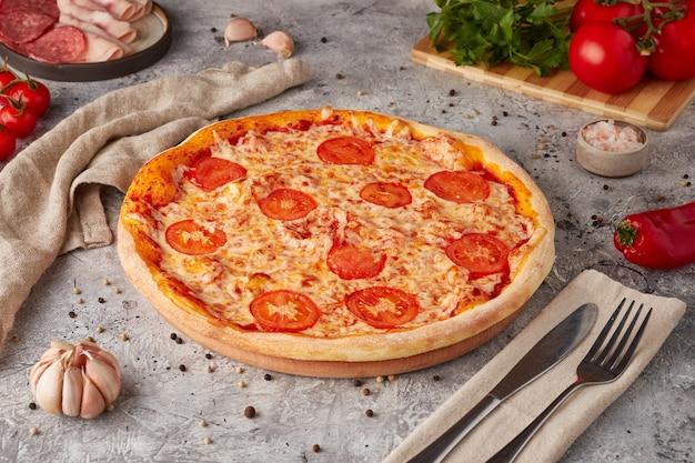 スライス、ソース、ハーブのピザ