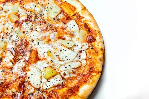 Пицца с копченой курицей, ананасом, итальянскими специями и сыром моцарелла