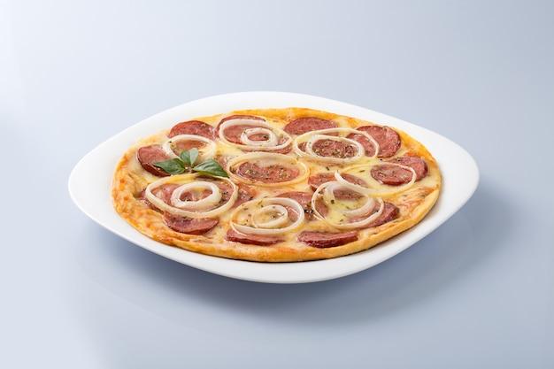 Пицца с острой колбасой и луковыми кольцами