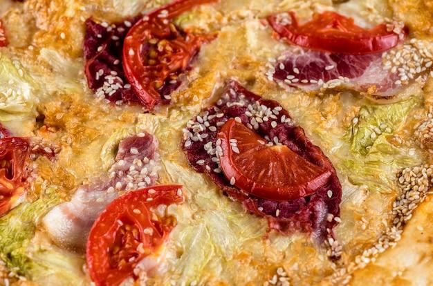 トマト、ハム、チーズ、ソースのピザ。大きい