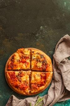 トマトソースとチーズのピザ