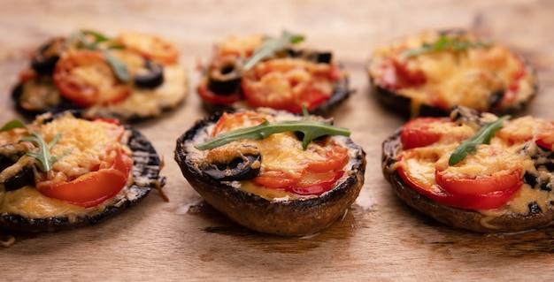 ポルトベロマッシュルームにトマト、チーズ、コショウを添えたピザ