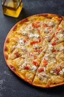 トマトチキンオニオンフェタチーズモッツァレラチーズとスパイスのピザ