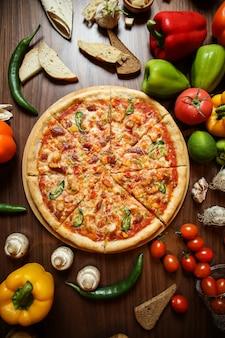 テーブルにさまざまな食材を使ったピザ