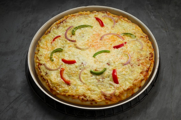 緑と赤のピーマンを使ったpizza3レイヤードチーズピザ